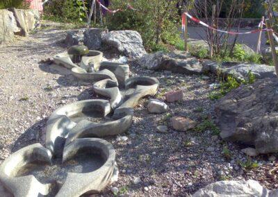Steinelemente im Garten der Walddorfschule bei München