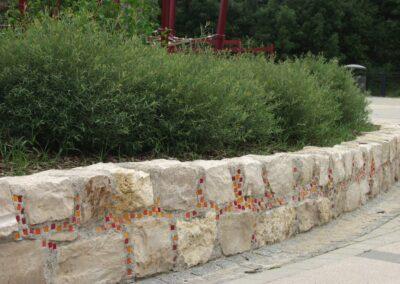 Steinmauer mit Farbelementen