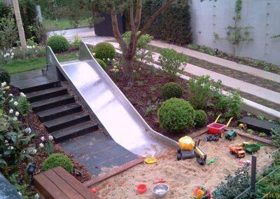 Rutsche zum Sandkasten im Garten